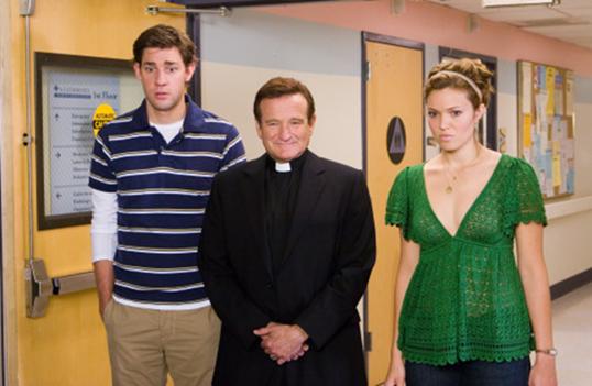 Un grupo de personas posando delante de una puerta  Descripción generada automáticamente con confianza media