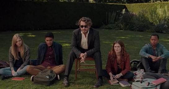 Un grupo de personas sentadas en el pasto  Descripción generada automáticamente